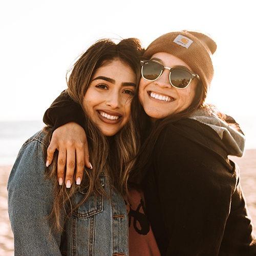 Imagen de dos amigas abrazándose.