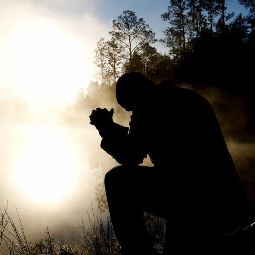 Foto de un hombre rezando temprano en la mañana por Aaron Burden en unsplash.com