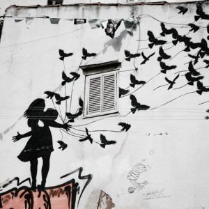 Foto de un mural de silueta de pájaros y niños por Annie Spratt en Unsplash