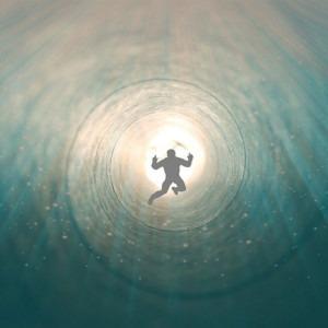 Imagen del hombre flotando hacia la luz por Karin Henseler de Pixabay