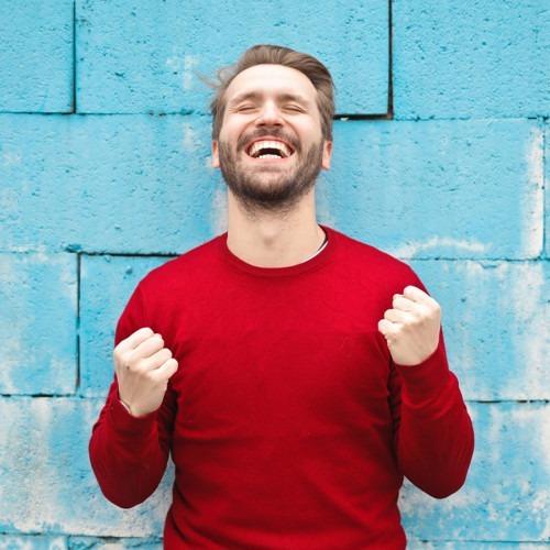 Foto de hombre de camisa roja que está entusiasmado con el éxito de Bruce Mars en Unsplash