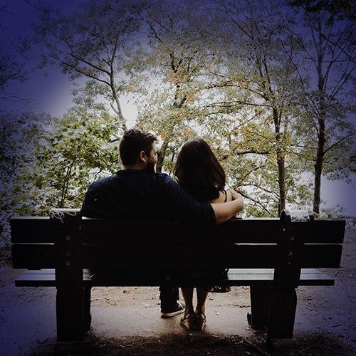 marido y mujer sentados en un banco del parque