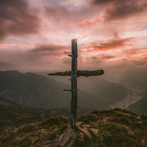 Cruz de madera gris en la montaña. Crédito de la foto Eberhard Grossgasteiger en unsplash.com