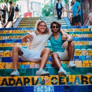 Foto de amigos sentados en las escaleras de Elizeu Dias en Unsplash