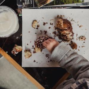 Foto de la mesa desordenada de Kyle Nieber en Unsplash