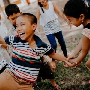 Foto de niñas jugando por MI PHAM en Unsplash(feminine)