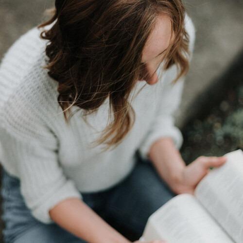 Foto de un joven leyendo la Biblia por Priscilla Du Preez en Unsplash