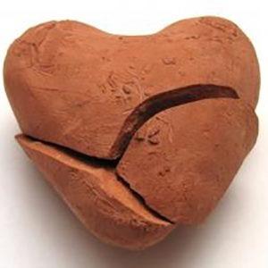 corazón roto hecho de arcilla