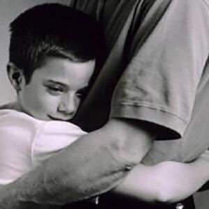 Un niño abrazando a su padre.