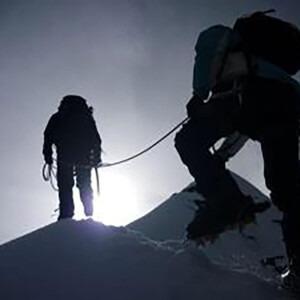 Alpinistas en un pico