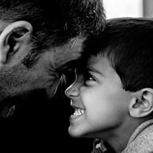 Padre e hijo uno frente al otro jugando.
