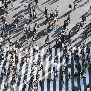 Vista aérea de personas caminando en la carretera.