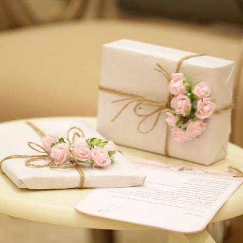 Foto de dos cajas florales rosas y blancas de Wijdan Mq en Unsplash