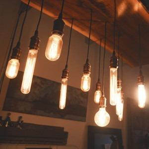 Foto de diferentes tamaños de bombillas Edison colgadas en el techo. Créditos de imagen: Patrick Tomasso en unsplash.com