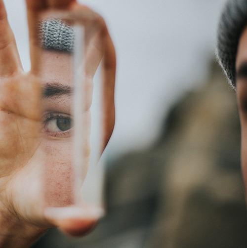 El reflejo del hombre en un espejo roto. Crédito de la foto: Vince Fleming en Unsplash.com