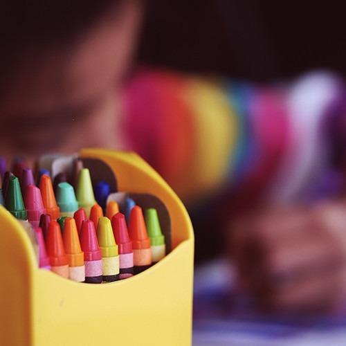 Foto de lápices de colores en caja amarilla. Foto de Aaron Burden en Unsplash