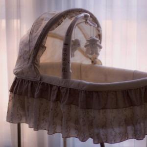 Foto de la cuna de la cuna del bebé por freestocks en Unsplash