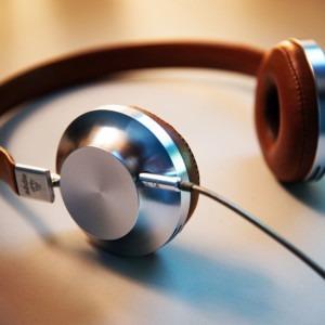Foto de auriculares con cable gris y marrón por Lee Campbell en Unsplash