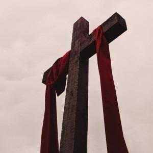 Foto de una cruz con material drapeado de Alicia Quan en Unsplash