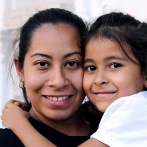 Foto de una madre sosteniendo a su hija por Jhon David en Unsplash