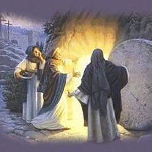 Tres mujeres de pie junto a la tumba abierta de Jesús con luz que brilla desde dentro