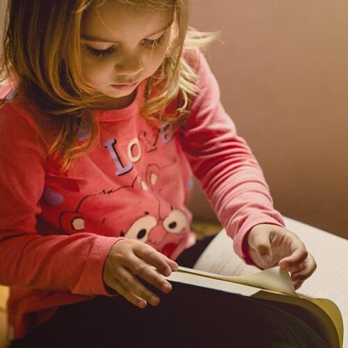Foto de un niña leyendo un libro de Jonathan Borba en Unsplash, pasajes difíciles