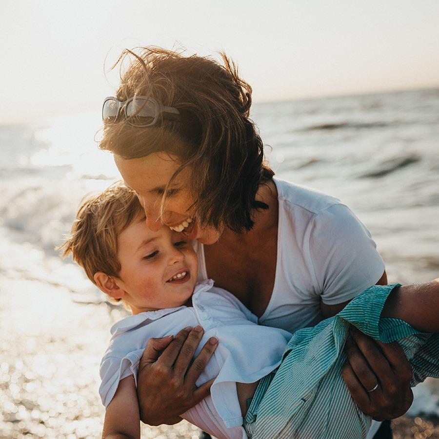 Foto de la madre y el niño en la playa por Xavier Mouton Photographie en Unsplash