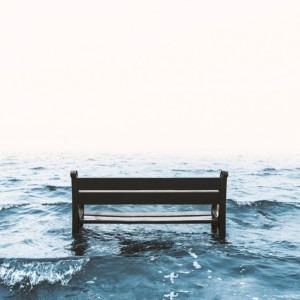 Foto de mesa sobre agua oscura por Daniel Jensen en Unsplash