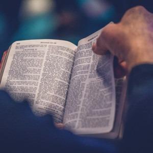 Foto de un hombre leyendo la Biblia por Rod Long en Unsplash