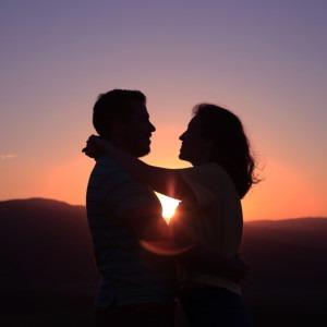 Foto de una pareja en la puesta de sol por Oziel Gómez en Unsplash