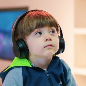 foto de un niño escuchando