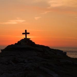 Foto de la silueta cruzada en la montaña durante el hou dorado por Samuel McGarrigle en Unsplash