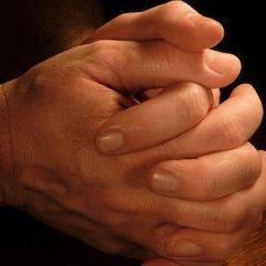 Imagen de manos en oración