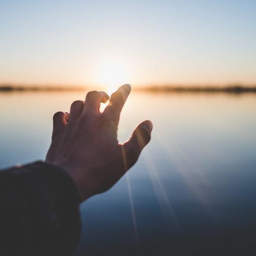 Foto de la mano del hombre llegando a la puesta de sol por Marc-Olivier Jodoin en Unsplash