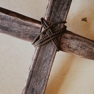 Primer plano de una vieja cruz.