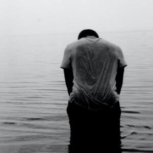 Hombre de pie solo en la tristeza.