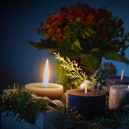 velas y flores de Pascua