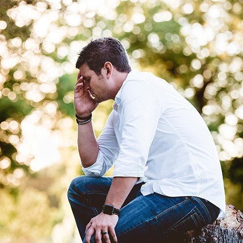 hombre en pose de pensamiento