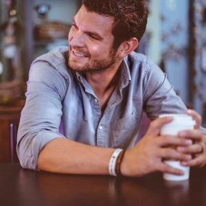 Foto de hombre sosteniendo una taza de café por Ben White en Unsplash