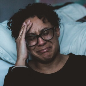 Mujer llorando y deprimida.