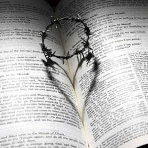 Imagen de una Biblia con una corona de espinas por James Chan de Pixabay