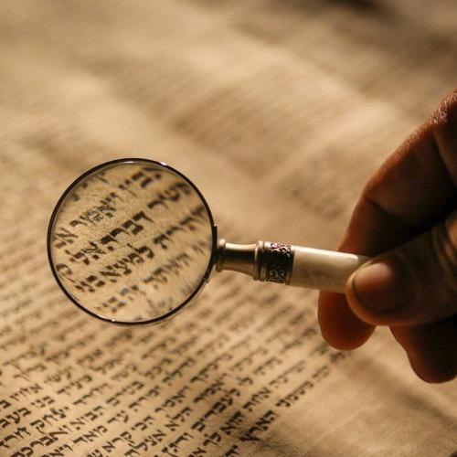 Foto de la Biblia hebrea por Mick Haupt en Unsplash