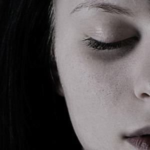 Imagen de una mujer triste por Natálie Šteyerová de Pixabay
