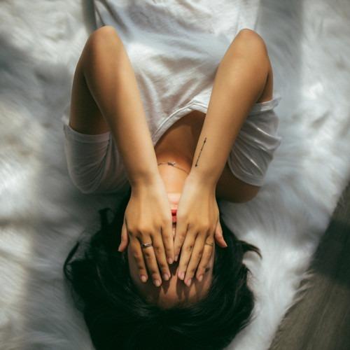 Foto de mujer cubriéndose la cara por Anthony Tran en Unsplash
