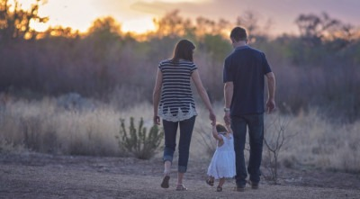 Imagen de una familia caminando juntos por Denise Husted de Pixabay