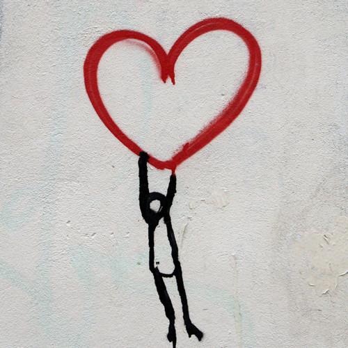 Foto de corazón con una persona colgando de él por Nick Fewings en Unsplash