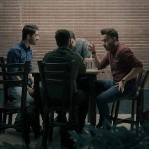 Foto de hombres hablando en una mesa por Ashkan Forouzani en Unsplash