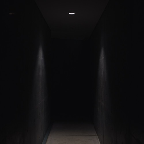 Foto de pasillo oscuro por Charles en Unsplash