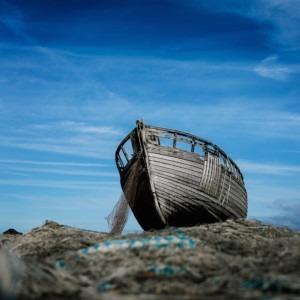Foto del barco de pesca de Alexander Andrews en Unsplash