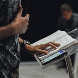 Foto de una persona predicando por Nycholas Benaia en Unsplash